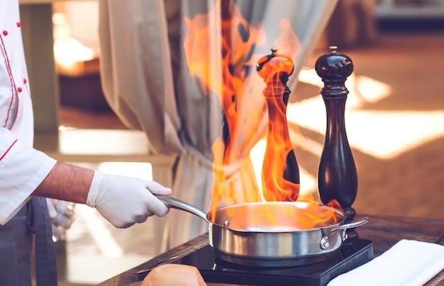 Lo chef prepara il foie gras davanti agli ospiti.
