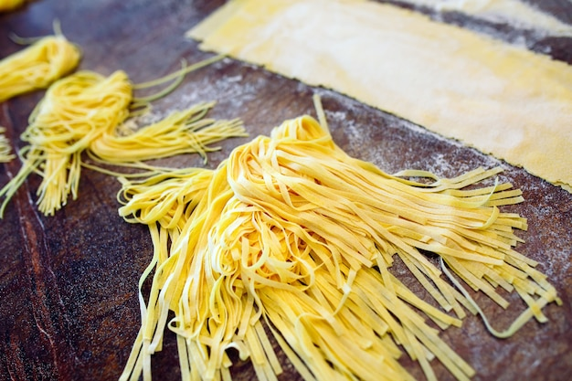 Lo chef prepara la pasta per i visitatori.