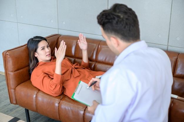 Lo psichiatra sta curando il paziente che ha ricevuto lo stress dal grosso problema
