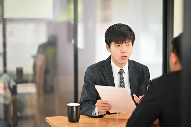 Lo scatto istantaneo con l'uomo d'affari consulta e incontra la conversazione di affari.