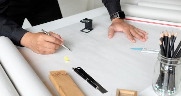 Lo schizzo di disegno di lavoro di progettazione dell'architetto progetta i modelli