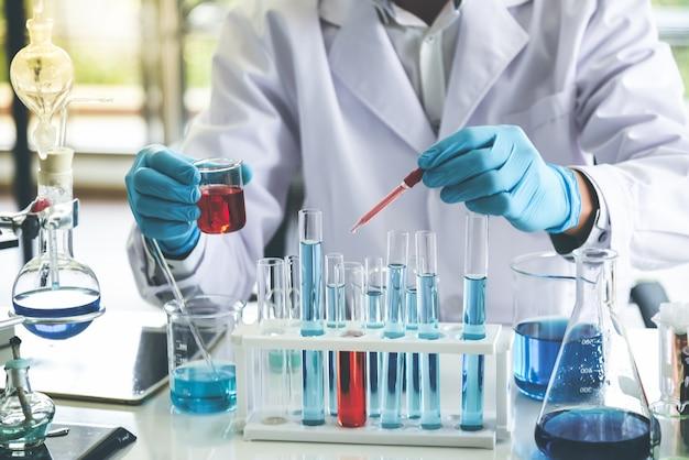 Lo scienziato che fa esperimento chimico al fine di sviluppare prodotti con qualità ed efficacia