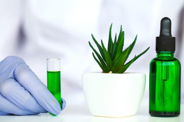 Lo scienziato, dermatologo, produce in laboratorio il prodotto cosmetico con erbe naturali organiche.