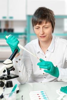 Lo scienziato lavora in laboratorio