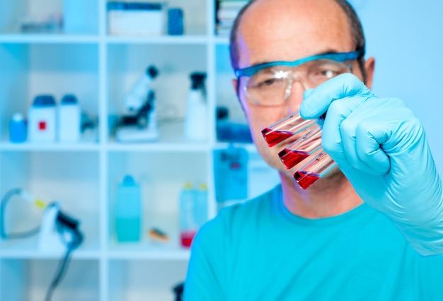 Lo scienziato tiene campioni sperimentali