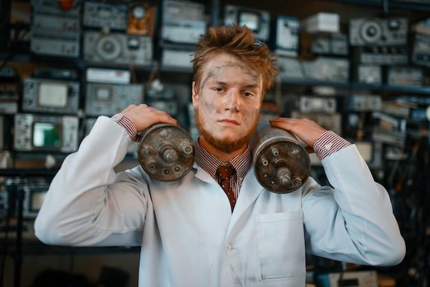 Lo scienziato tiene i dispositivi di radiazione nelle sue mani