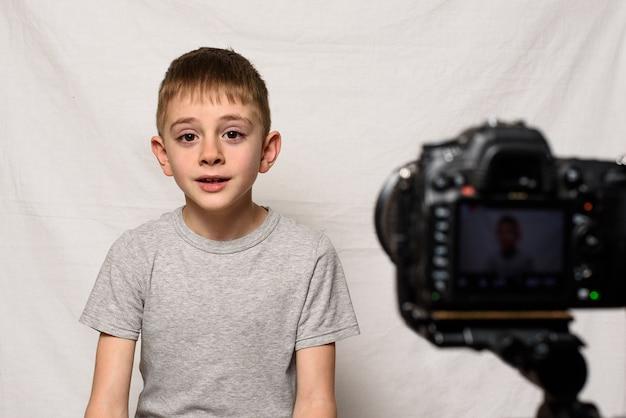 Lo scolaro sta dicendo qualcosa su una videocamera