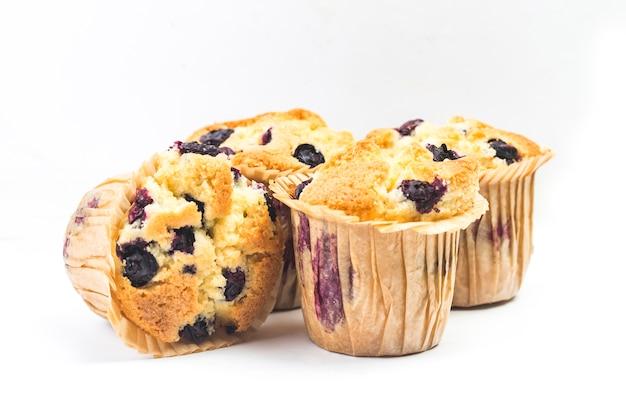Lo sfondo bianco di muffin ai mirtilli