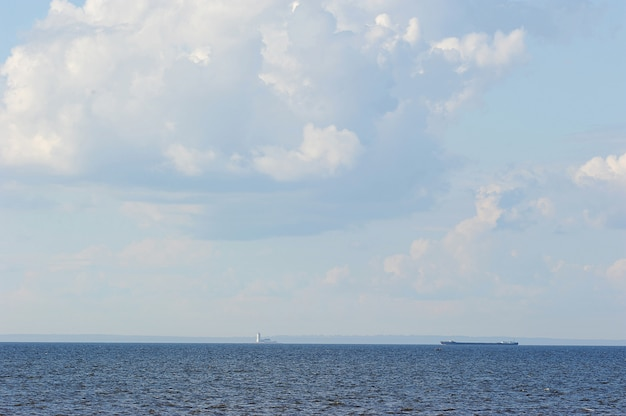 Lo sfondo blu del cielo e del mare