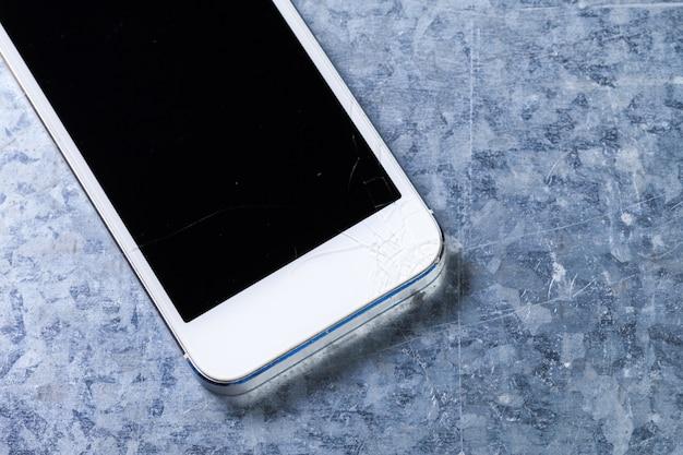 Lo smartphone cade a terra e danneggia lo schermo