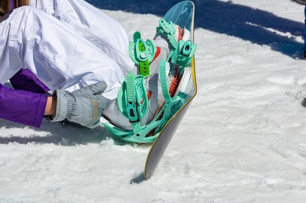 Lo snowboarder femminile indossa l'attrezzatura da snowboard