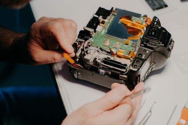 Lo specialista lavora nel centro servizi, utilizza strumenti professionali.