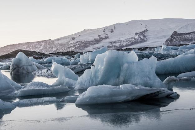 Lo splendido scenario della laguna del ghiacciaio jokulsarlon si riflette nel mare in islanda