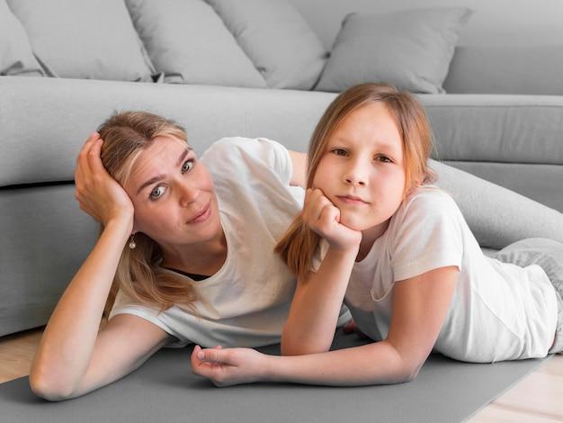 Lo sport della madre e della ragazza si esercitano insieme