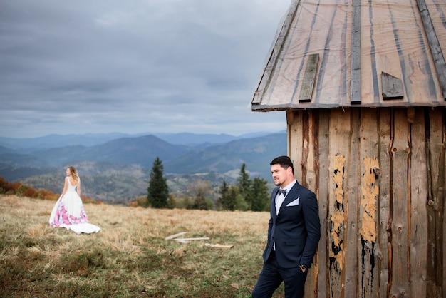 Lo sposo bello sta vicino a casa