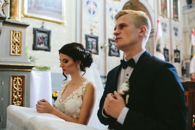 Lo sposo e la sposa in chiesa