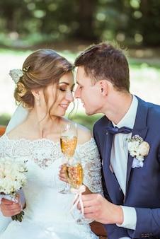 Lo sposo e la sposa si siede nel parco