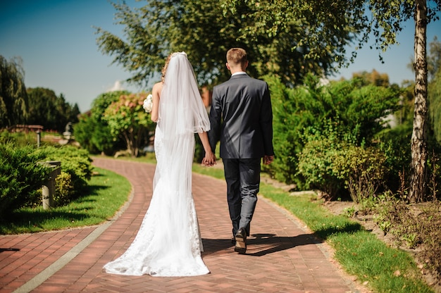 Lo sposo e un abito bianco, con un bouquet vanno di pari passo