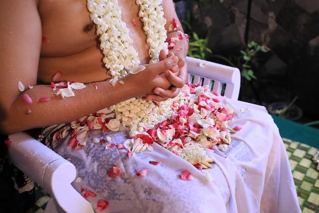 Lo sposo giavanese durante la cerimonia di siraman.