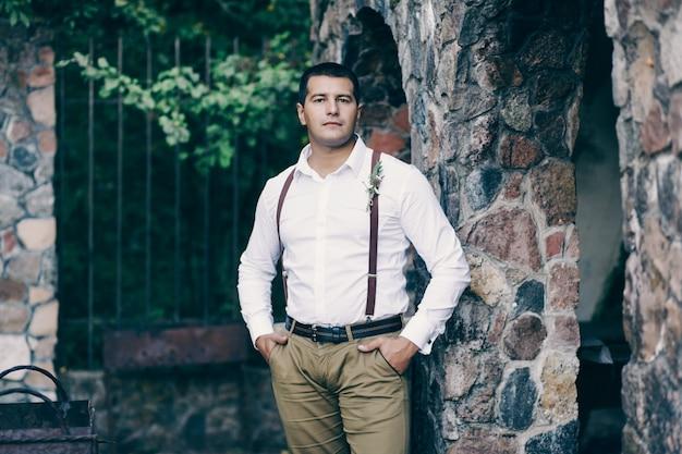 Lo sposo in una camicia con un'asola
