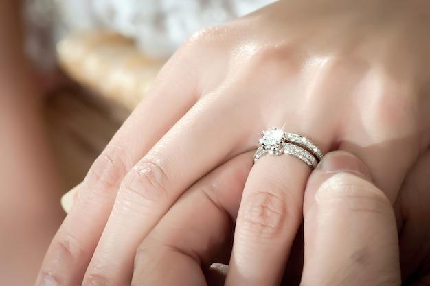 Lo sposo indossa la fede nuziale per la sua sposa