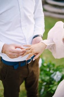 Lo sposo mette l'anello nuziale al dito della sposa