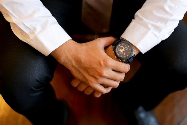 Lo sposo prepara per il momento del matrimonio