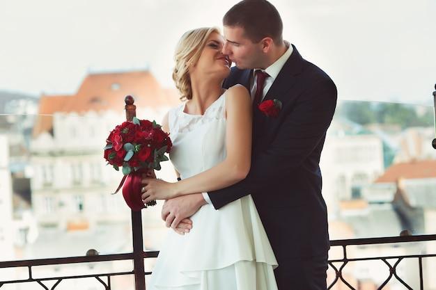 Lo sposo tiene la sposa baciarsi sulle labbra