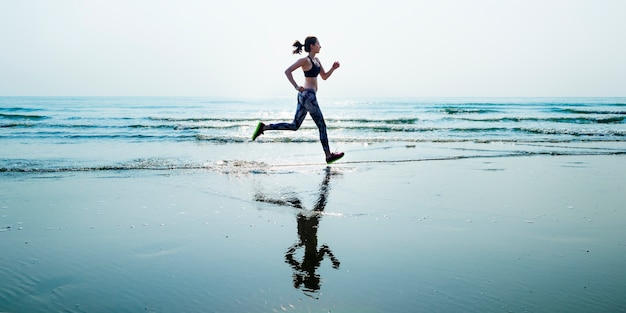 Lo sprint di sport della sabbia di mare di funzionamento si rilassa il concetto della spiaggia di esercizio