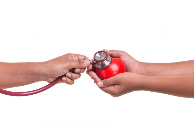 Lo stetoscopio della tenuta della donna e verifica il cuore rosso isolato su bianco