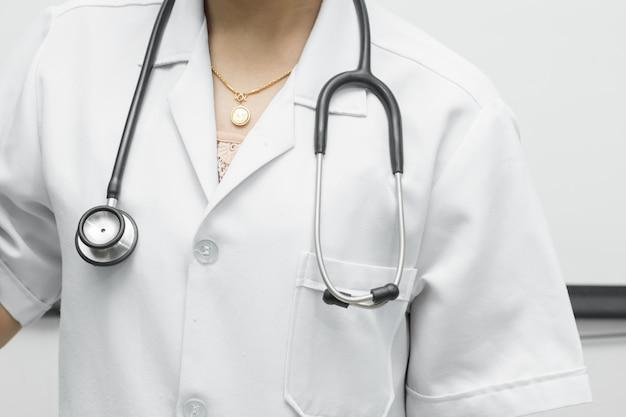 Lo stetoscopio nero è posto sulle spalle della donna dottore