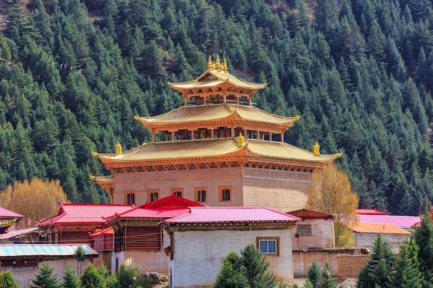 Lo stile cinese del tempio o della pagoda del tibet e punti di riferimento pubblica il posto in ganzi, sichuan, cina