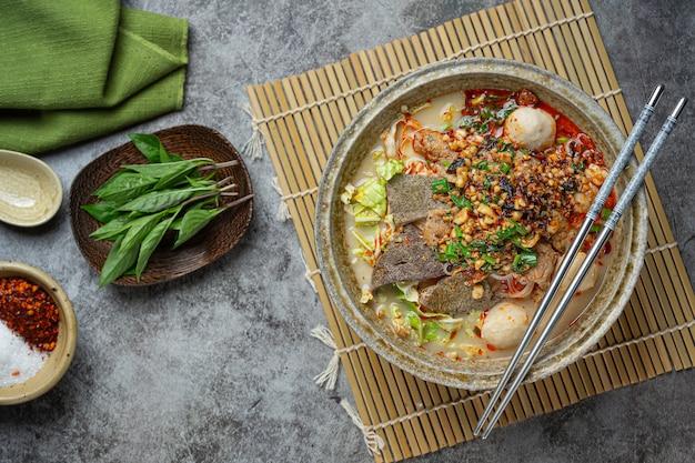 Lo stile tailandese delle tagliatelle istantanee piccanti ha chiamato tom yum.