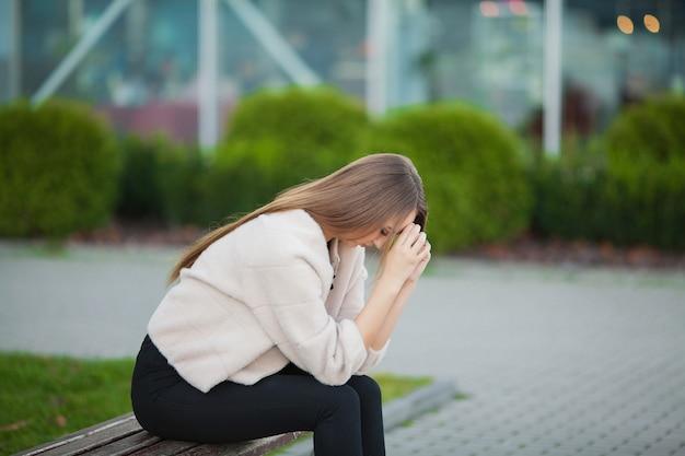 Lo stress della donna. ritratto della ragazza vittima di bullismo sentirsi solo e preoccupato
