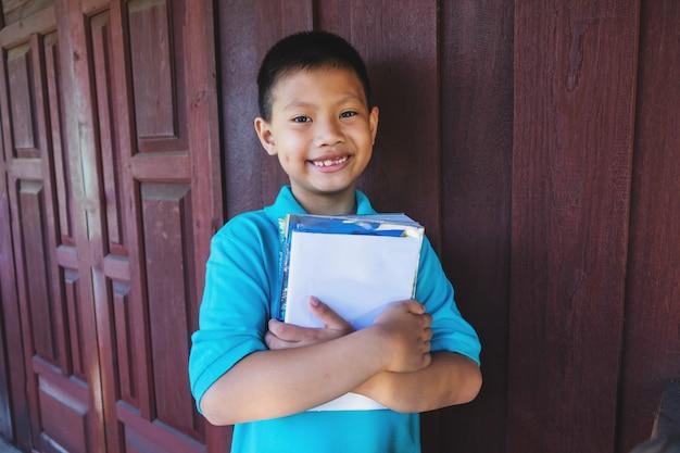 Lo studente ha abbracciato il suo libro