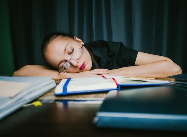 Lo studente si è addormentato a casa a fare i compiti