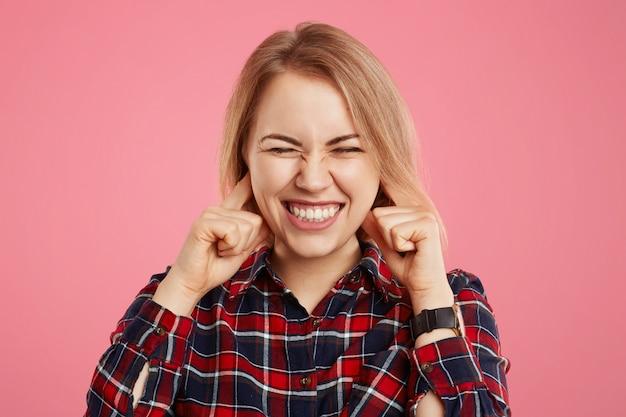 Lo studio ha sparato della donna graziosa che serra le orecchie dei denti e delle spine