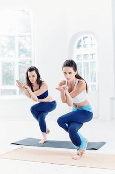 Lo studio ha sparato delle donne adatte dei giovani che fanno gli esercizi di yoga