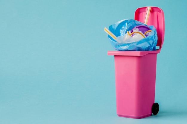 Lo studio ha sparato di grande spazzatura rosa su fondo blu