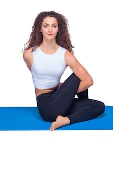Lo studio ha sparato di una donna adatta dei giovani che fa gli esercizi di yoga.