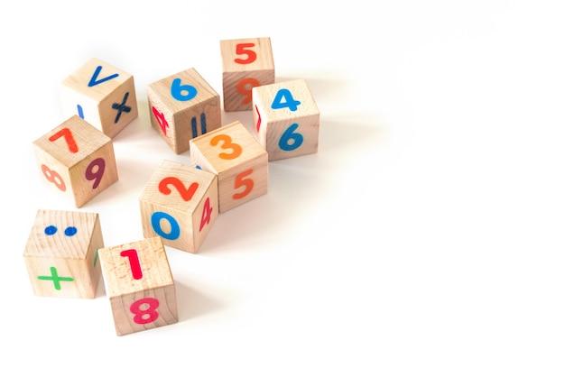 Lo sviluppo di blocchi di legno. giocattoli naturali ed ecologici per bambini.