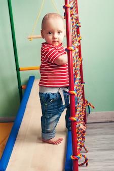 Lo sviluppo fisico del bambino. sport per bambini. palestra per bambini a casa. esercizio sul simulatore. bambino sano, stile di vita sano