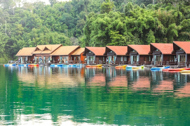 Località di soggiorno di bambù tailandese tradizionale della casa, galleggiante fra il mountain view e chiara acqua in ratchaprapa