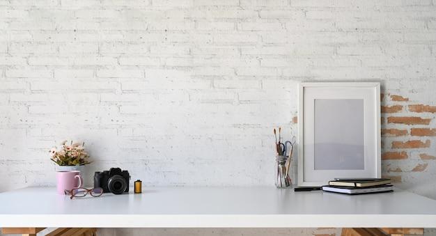 Loft mockup sul posto di lavoro in legno poster e copia spazio
