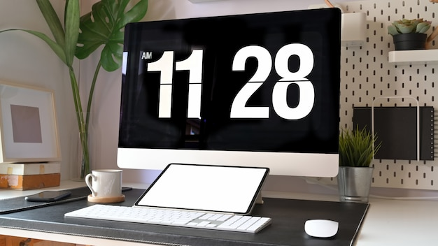 Loft spazio di lavoro minimo desktop con computer desktop e tablet mockup.
