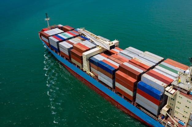 Logistica di carico merci container business import e import vela internazionale sul mare