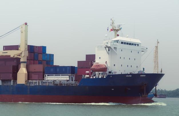 Logistica e trasporto container nave cargo con rimorchiatore nell'oceano