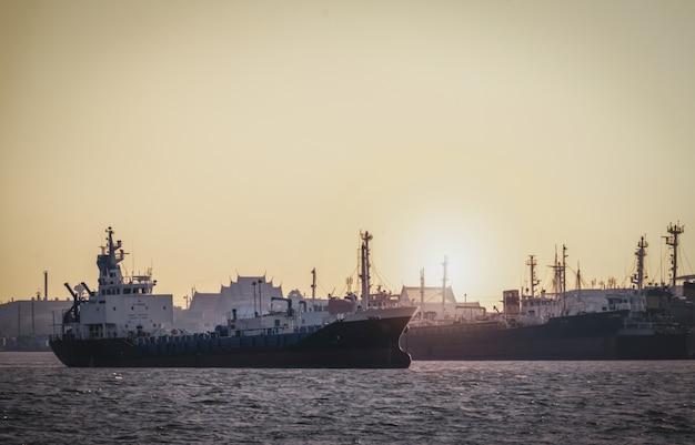 Logistica e trasporto di container internazionale nave cargo nell'oceano