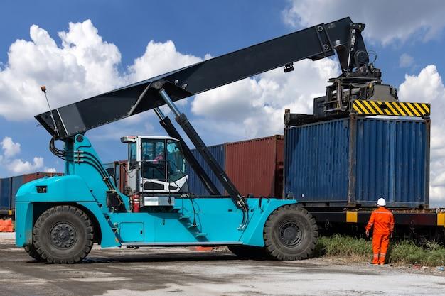 Logistica import export background di carrelli elevatori per la movimentazione di container in banchina.