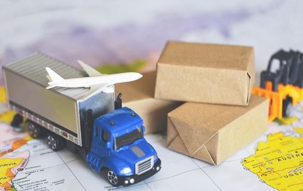 Logistica trasporto importazione esportazione servizio di spedizione i clienti ordinano le cose